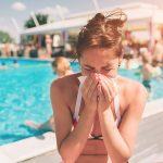 Младо момиче със синузит, край басейн